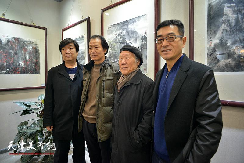姬俊尧、翟洪涛、王维卿、王维泉在六人展现场。