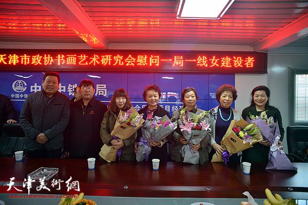 向10号线11标项目女职工和女书画家献花。