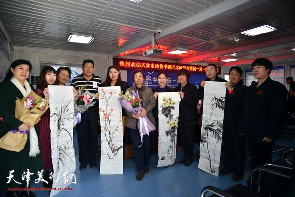 郭鸿春、冼艳萍、许鸿茹、陈子君在慰问现场。