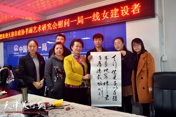 冼艳萍与女职工在慰问现场。