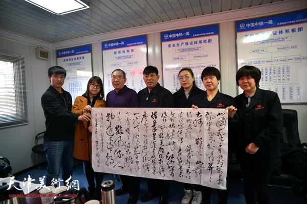 郑廷民、陈宁与女职工在慰问现场。