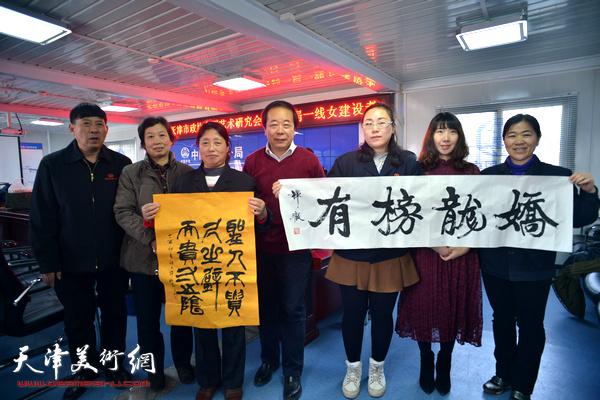 郑廷民、赵寅、许鸿茹与女职工在慰问现场。