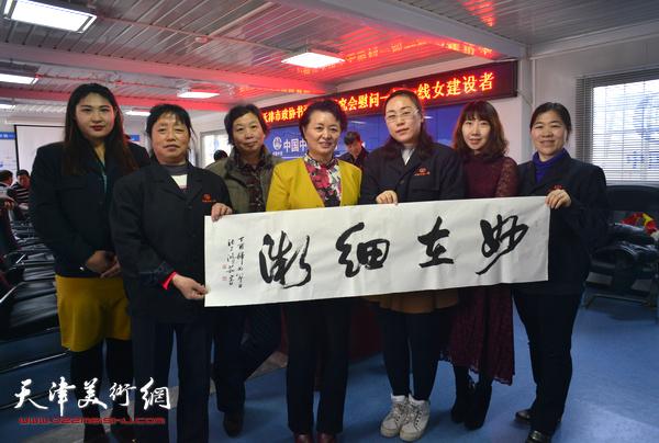 冼艳萍、许鸿茹、陈子君与女职工在慰问现场。