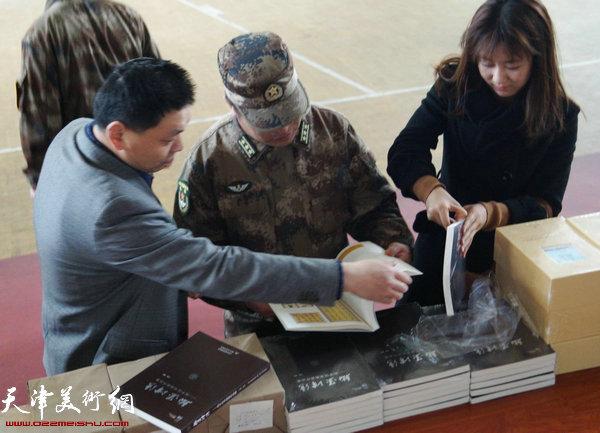 和平区文联向部队赠送100本书
