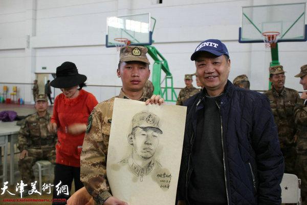 画家刘志平为战士画肖像