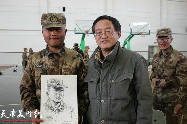 画家张小凡为战士画肖像