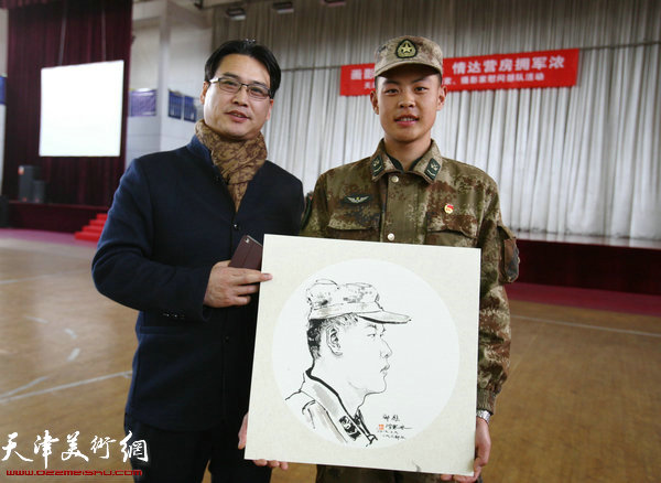画家滑寒冰为战士画肖像