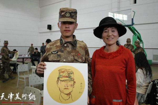 画家黄益民为战士画肖像