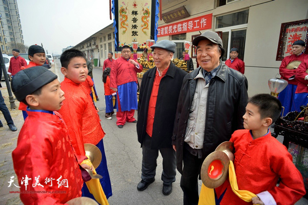 王超、石瑞生与祥音法鼓的小艺人交谈。