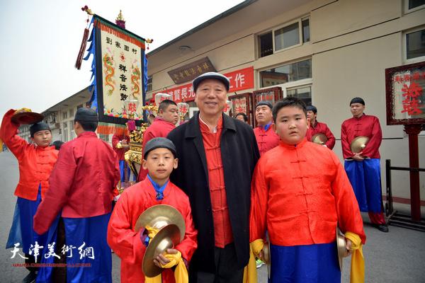 王超与祥音法鼓的小艺人。