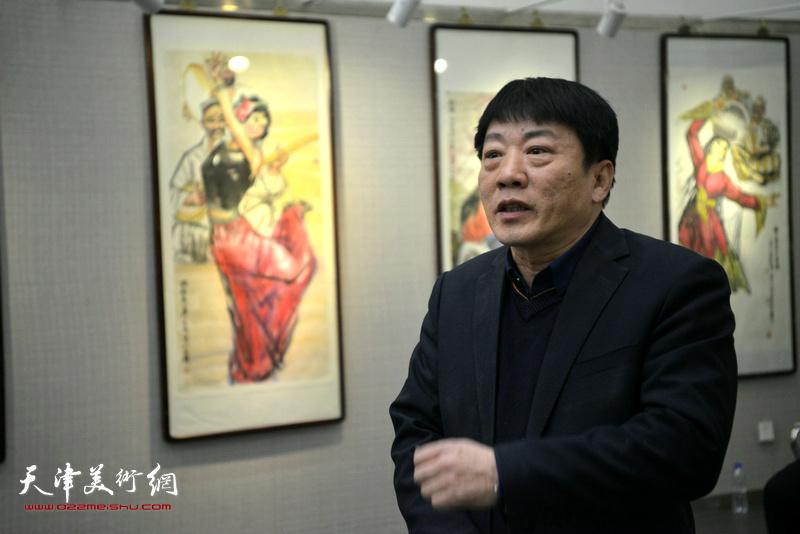 天津图书馆艺术展厅负责人、山水画家高原春致辞。