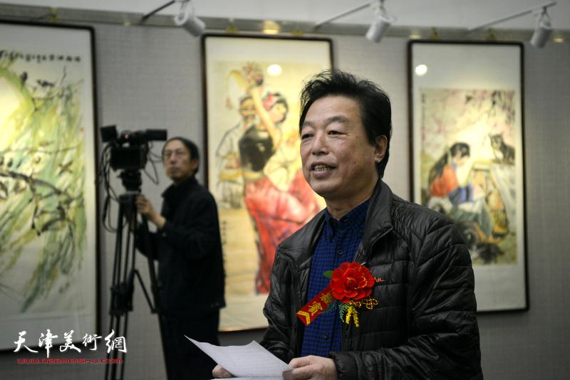 天津文联办公室杨建国主持画展开幕仪式。