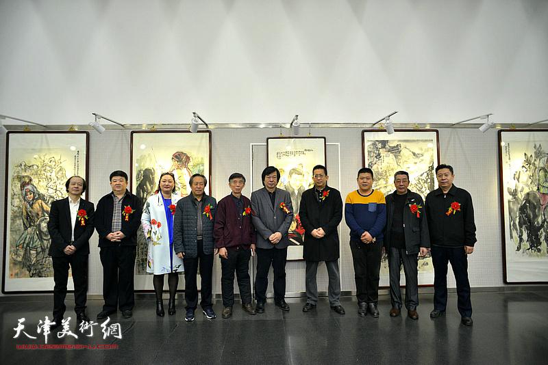 左起:王荃力、孙亮、赵星、刘国胜、刘维仑、史振岭、李毅峰、周连起、曹剑英、李增亭在画展现场。