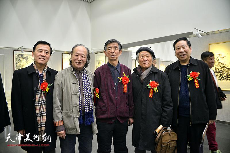 姬俊尧、刘维仑、刘家栋、杨利民、启福在画展现场。