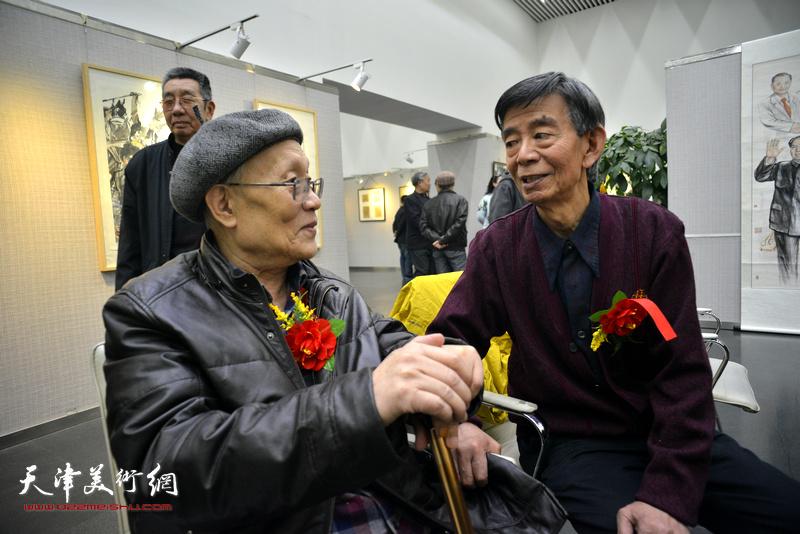 孙长康、刘维仑在画展现场交流。