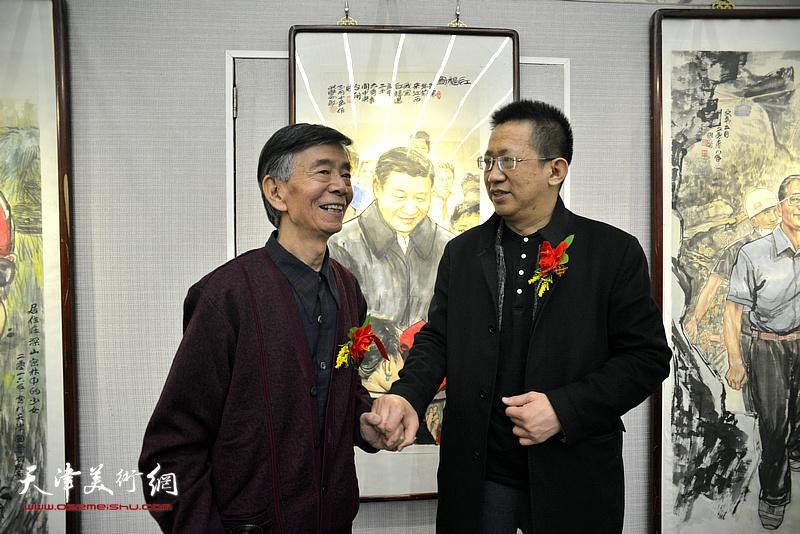 李毅峰、刘维仑在画展现场交流。