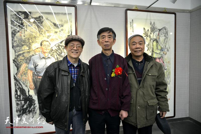 刘维仑与尚金生、王大奇在画展现场。