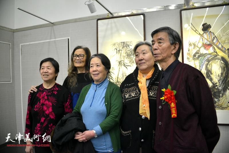 刘维仑与来宾在画展现场。