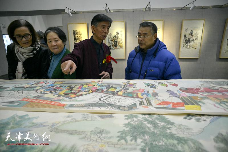 刘维仑与来宾在观赏画作。