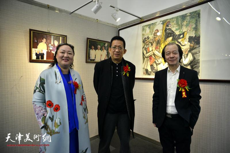 李毅峰、王荃力、赵星在画展现场。