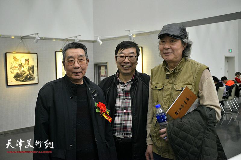 张亚光、曹剑英、时景林在画展现场。