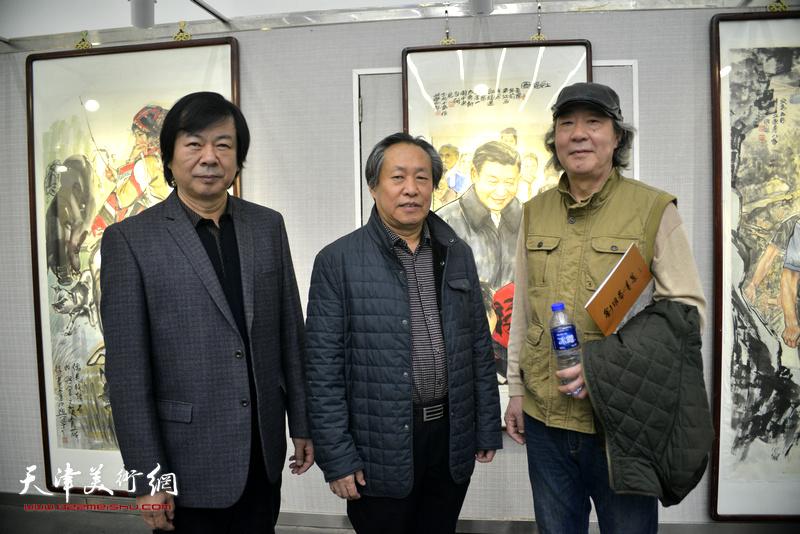 史振岭、刘国胜、张亚光在画展现场。