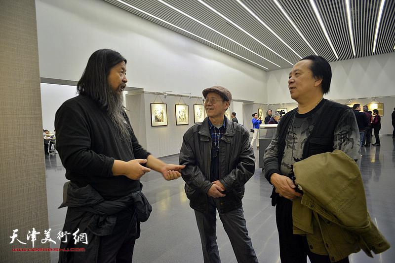 纪荣耀、尚金生、梁旭华在画展现场。