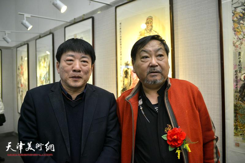 王秀琪、高原春在画展现场。