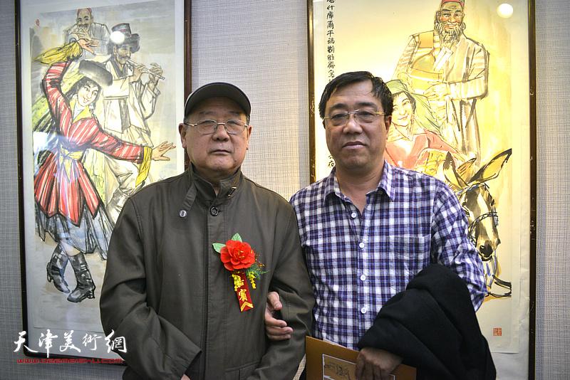 张晋、刘绍斌在画展现场。