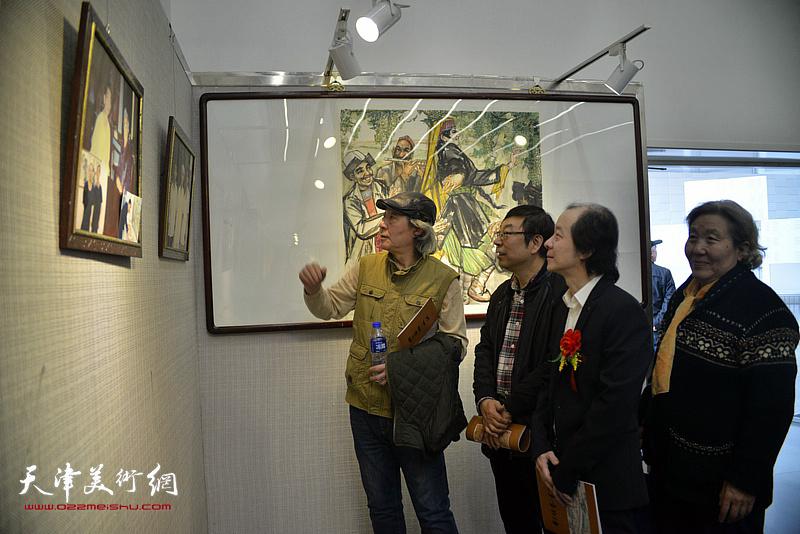 张亚光、王荃力、时景林在观赏展出的画作。