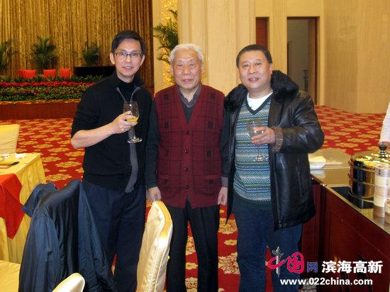 吕云所(中)、吕大江(右)与中国美术家协会副主席何家英在一起。