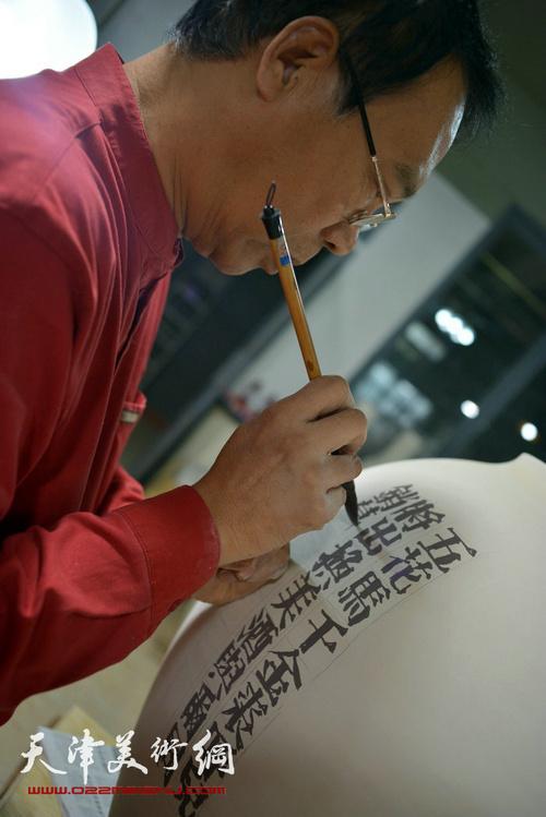 马寒松在进行瓷艺创作。