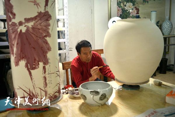 马寒松画瓷。(2014年1月)