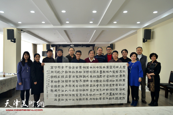 天津著名回族书画家黑成义到金带福路文化中心访问。