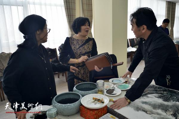 穆怀安、陈音兰、赵筱兰在活动现场交流。
