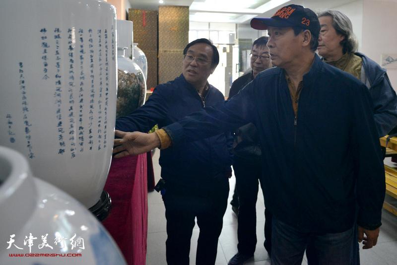 """陈钢、马寒松、张亚光、时景林观赏""""长城青花瓷""""系列作品"""