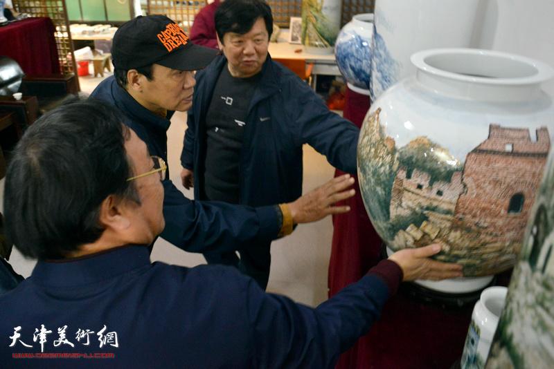 """陈钢、马寒松、李金领观赏""""长城青花瓷""""系列作品"""