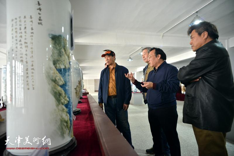 """陈钢、马寒松、张运河、张亚光观赏""""长城青花瓷""""系列作品"""