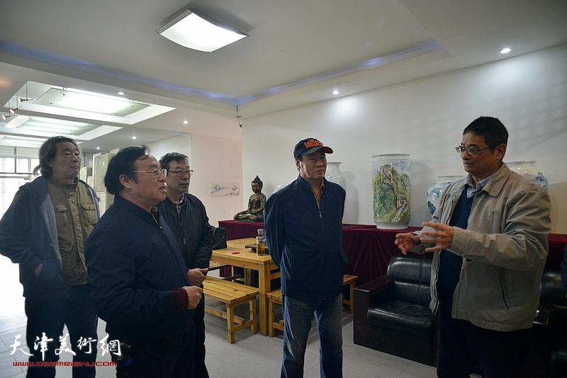 天津感光材料有限公司董事长张含光与陈钢、马寒松、张亚光、时景林在制瓷现场交流。