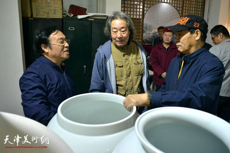 陈钢、马寒松、张亚光在制瓷现场交流。
