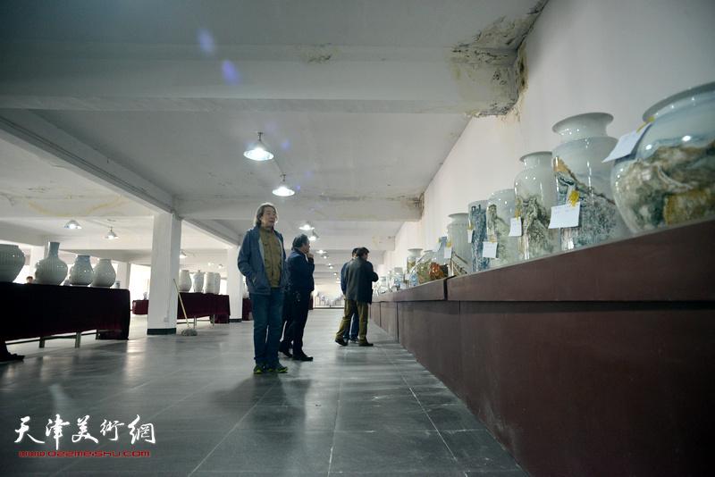 """陈钢与画家们观赏""""长城青花瓷""""系列作品。"""