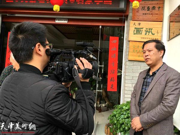 徐庆举接受缙云县电视台记者采访。