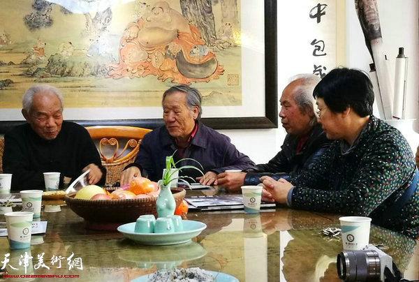左起:纪振民、姬俊尧、胡周成、伊汉铭在交流