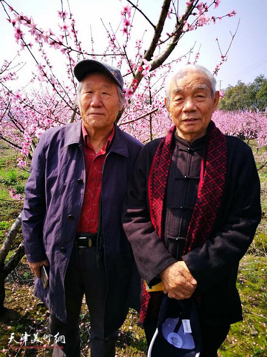 纪振民、姬俊尧在左库桃花景区。