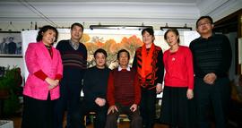 在津新疆籍画家马明受委托给著名画家杜明岑拜年