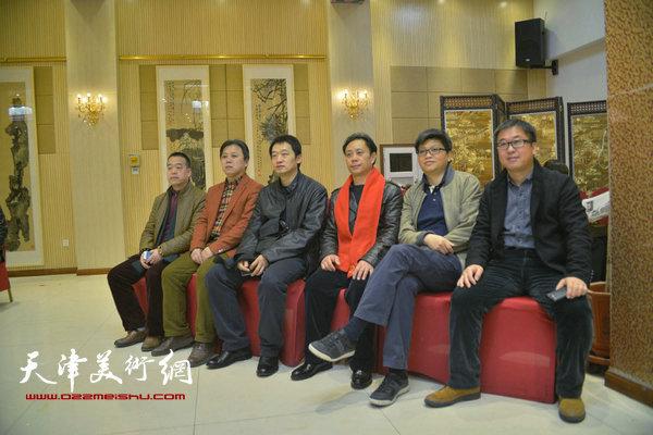 张大功与杨健君、李旭飞、周午生、李安红、薛卫林在画展现场。