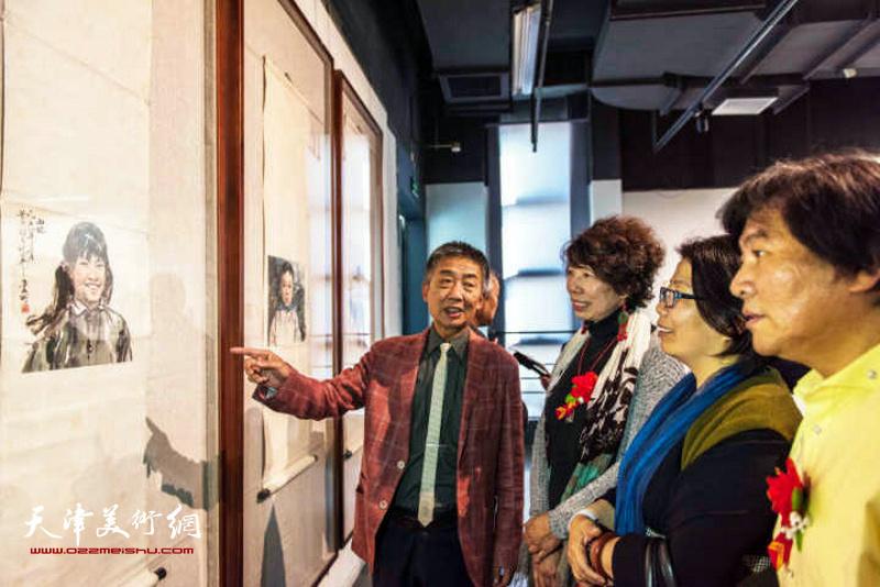 邓国源与嘉宾一起观赏展出的作品。