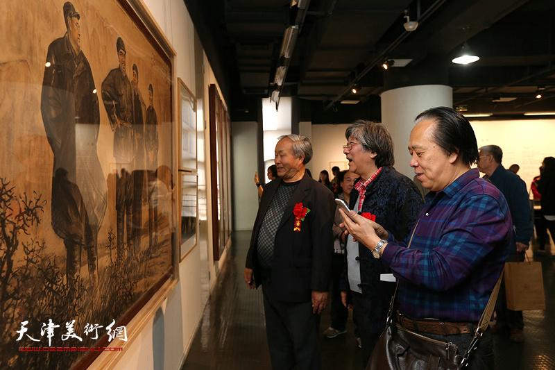 唐云来、纪荣耀、高学年观赏展出的作品。