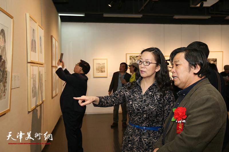 李耀春、卢永琇观赏展出的作品。