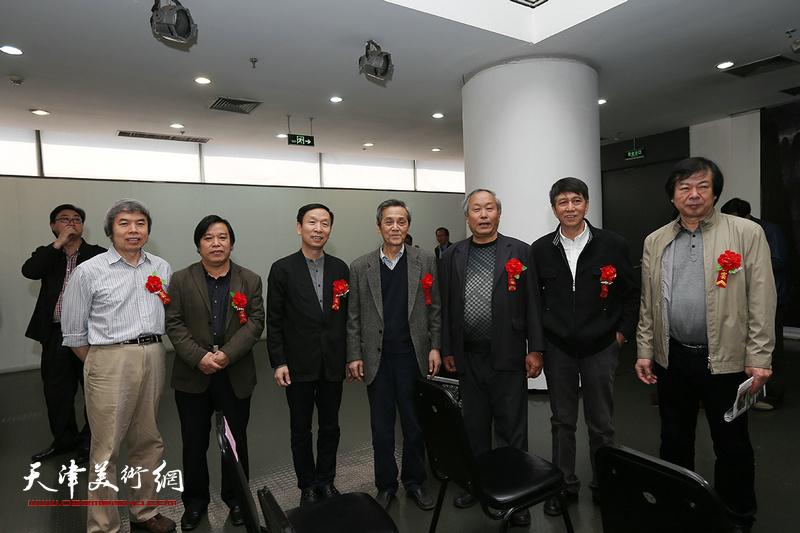 左起:孙敬忠、李耀春、张建会、曹德兆、唐云来、张寿庠、史振岭在画展现场。